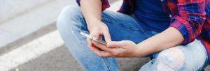 Ado avec un smartphone à la main